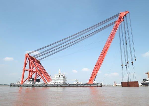 Crane fall kills worker at Yangzhou Wanlong Shipbuilding