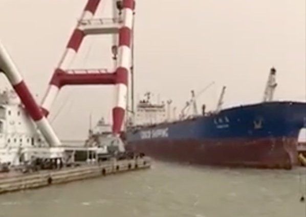 Cosco tanker hit by floating crane in Iraq
