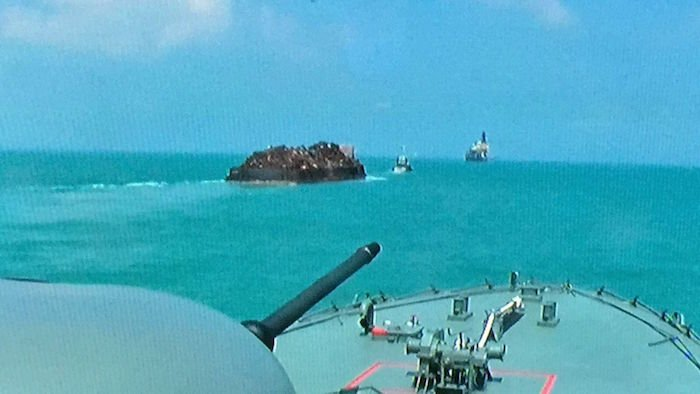 Singaporean warship stops robbery