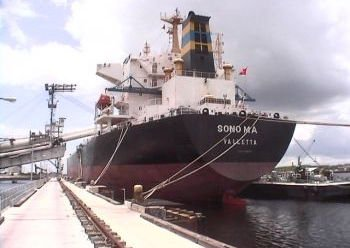 DryShips offloads five panamaxes