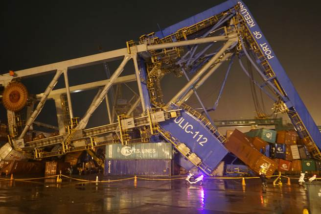 Boxship takes out crane at Keelung Port