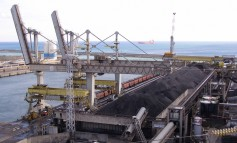 Crane bursts into flames while unloading coal from bulker at Brazilian port