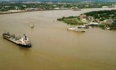 Ship breaks mooring and rams other vessels, causing oil spill in Mississippi River