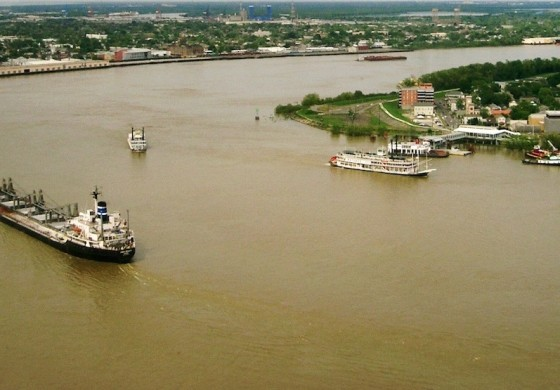 Search goes on for missing crewman from towboat that sank on the Mississippi